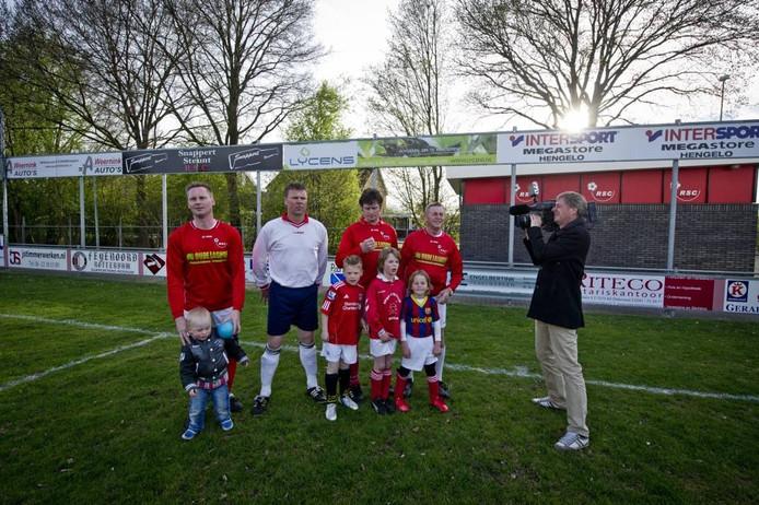 Gertjan Zwanniken aan het filmen bij voetbalvereniging RSC. Foto Emiel Muijderman