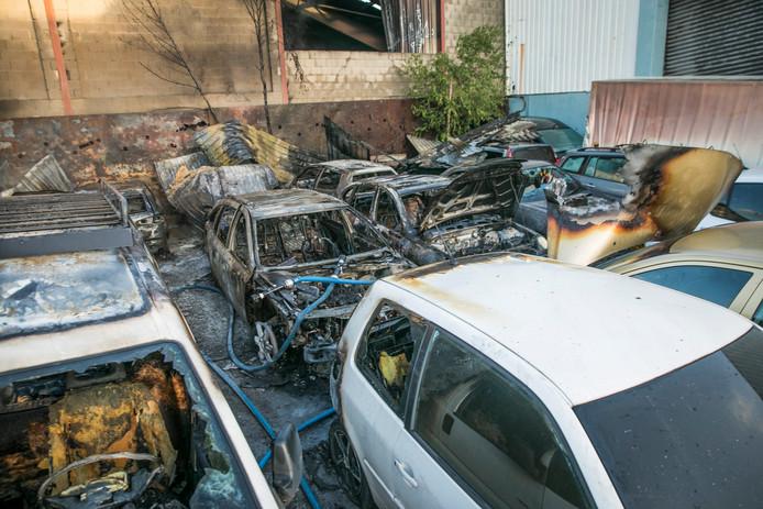 De schade is groot bij de loods na de brand die er vanochtend vroeg woedde.