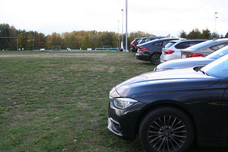 Momenteel wordt er gewoon geparkeerd op een veld. Hier komt de parking