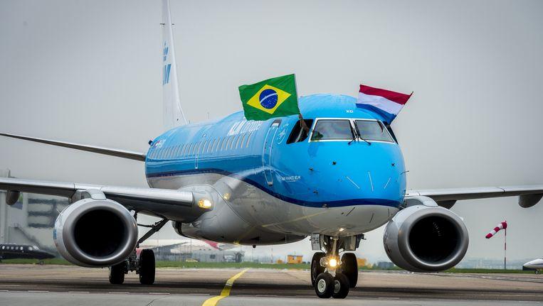 De Braziliaanse en Nederlandse vlag wappert uit de Embraer 190 van KLM Cityhopper bij aankomst vanuit Brazilie op luchthaven Schiphol. Beeld anp