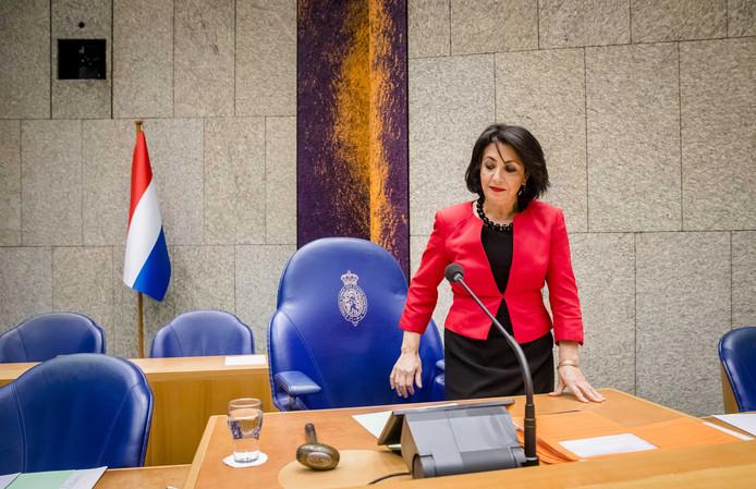 Kamervoorzitter Khadija Arib loopt langs de Nederlandse vlag in de plenaire zaal