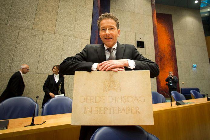 Minister Jeroen Dijsselbloem van Financiën met het befaamde koffertje.