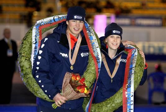 Vertrouwd beeld van de laatste jaren: Sven Kramer en Ireen Wüst worden gehuldigd als Europees kampioen allround.