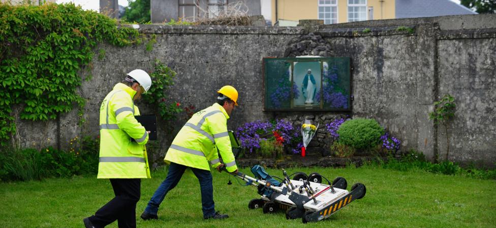 Honderden babylijkjes bij voormalig katholiek opvangtehuis in Ierland worden opgegraven