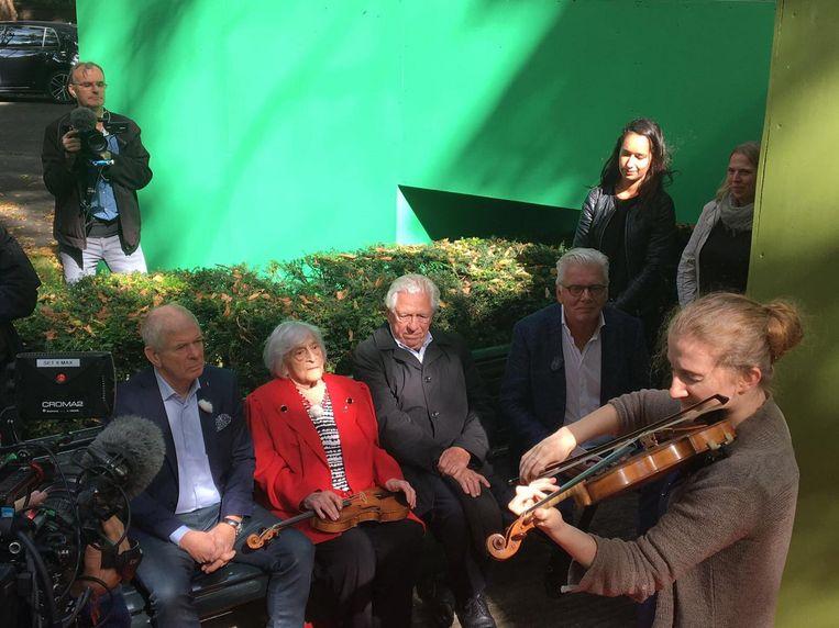Lotty Huffener-Veffer (96) wordt op de viool van haar zusje toegespeeld. Beeld Omroep Max