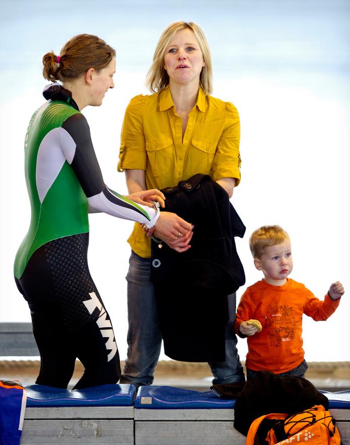 Ireen Wüst in gesprek met oud-schaatster Tonny de Jong en haar zoontje Jasper tijdens de training voor het WK Allround in Calgary. De Jong woont tegenwoordig in Canada.