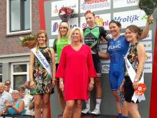 Lorena Wiebes steekt in Zevenbergen juichend de smerige vingers de lucht in