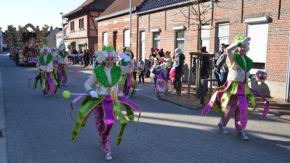 Cavalcade paradeert door gemeente