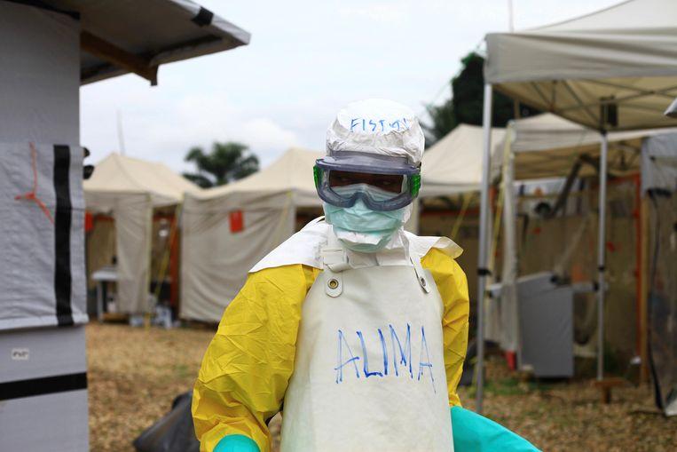 Een medewerker aan het werk in een gezondheidscentrum in Beni, Oost-Congo.   Beeld AP