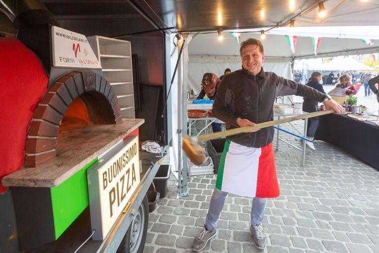 Ronny Filippini bakte pizza's in de schaduw van de basiliek.