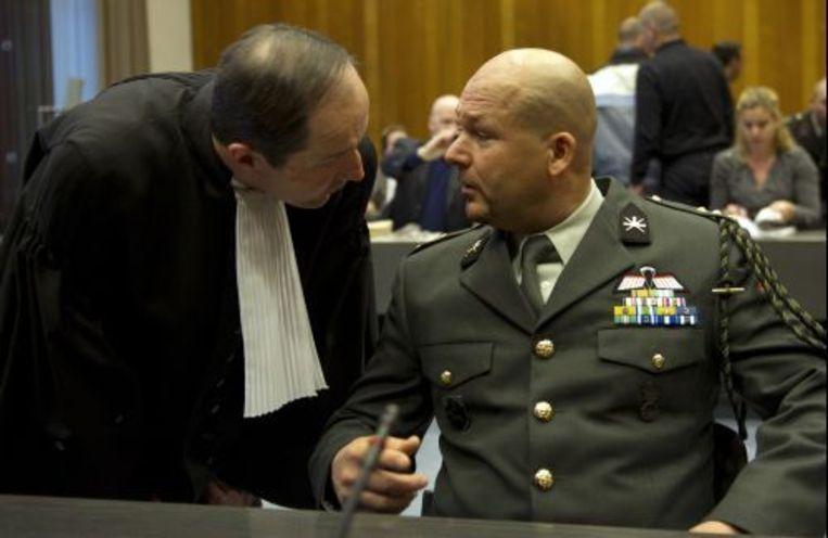 Militair Marco Kroon (R) in de militaire rechtbank in Arnhem in gesprek met zijn advocaat Geert-Jan Knoops (L). ANP Beeld