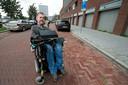 Dick Cochius is gehandicapt en Zit in een rolstoel. Nu is zijn bus gestolen en kan hij nergens meer heen.