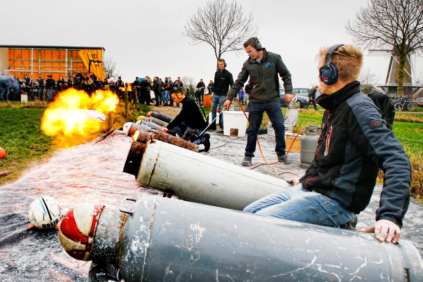 Carbidschieten rond de jaarwissleing is op meer plaatsen in Nederland een traditie. Zoals in Werkhoven.