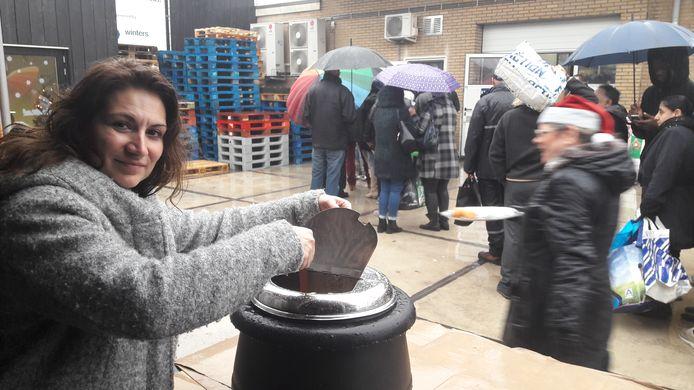 Vrijwilligster en bestuurslid Emine Kaya van de voedselbank in Breda.