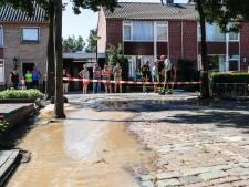Grutterijstraat in 's Gravenmoer onder water door gesprongen waterleiding