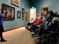 Museum laat dementerenden zich verwonderen 'Ze zijn veel rustiger dan normaal'