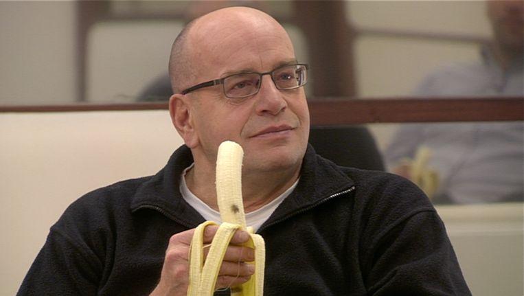 Fred Teeven eet een banaan in 24 uur met... Beeld null