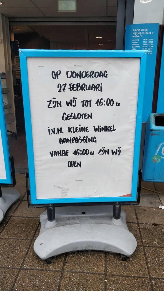 Het informatiebord dat al twee weken voor de deur van de Albert Heijn aan de Daalseweg staat.