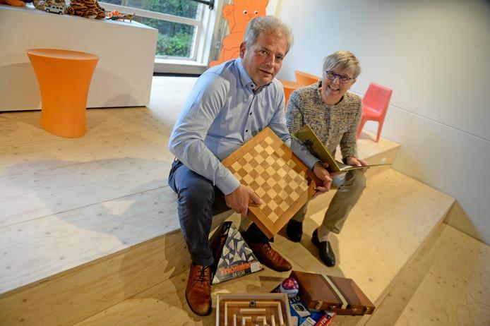 Peter Bos en Rikky Dekkers van Rotary-Club Haaksbergen. Die organiseert tijdens meimarkt een spel- en leerdag voor basisschooljeugd in het Kulturhus.