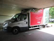 Chauffeuse rijdt zichzelf klem onder viaduct door inschattingsfoutje