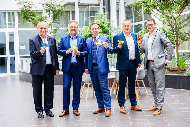 Groepsfoto van burgemeester en 4 schepenen. Ze poseren met de vrijheidsduiven Links na rechts, Claude Marinower, Koen Kennis, Bart de Wever, Fons Duchateau, Tom Meeuws.