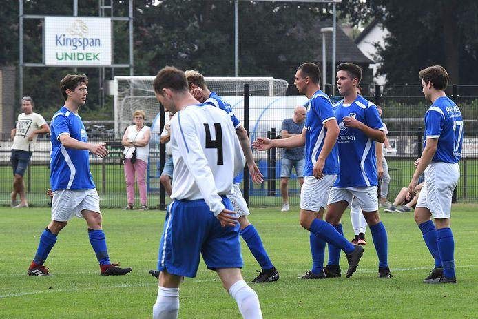 De spelers van Olympia vieren een doelpunt in het oefenduel met Handel.