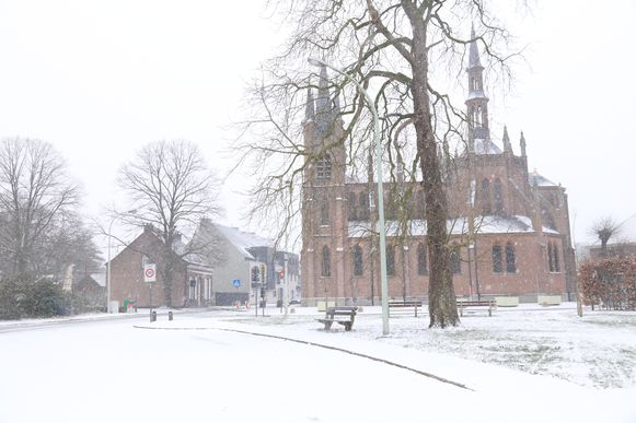 De kapel van Gaverland ligt onder een wit laagje sneeuw.