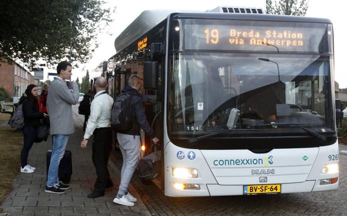 De Bredabus zit op vrijdagmiddag en op zondagavond (foto) nog elke week flink vol met Hulster studenten.