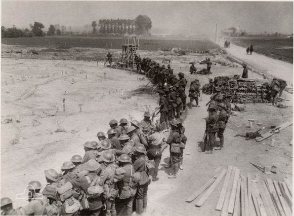 De geallieerden kijken voor de slag naar een reusachtige maquette die de positie van de mijnen toont.