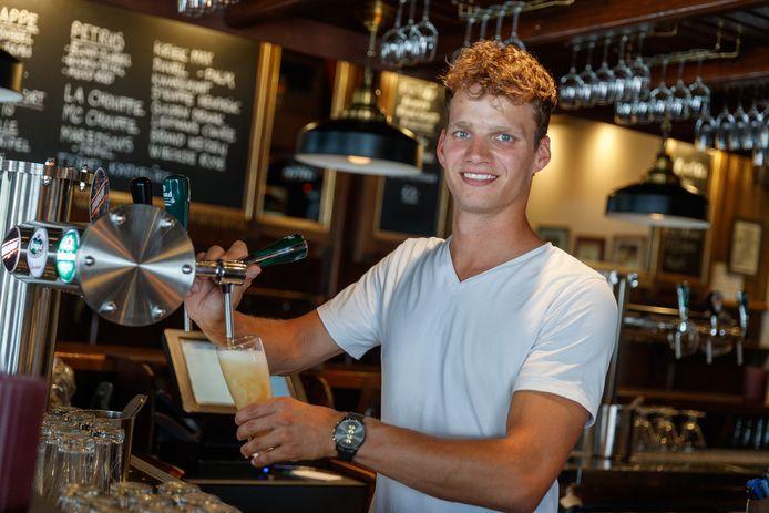 Mike Roovers werd vorig jaar de nieuwe kastelein van Proost in Zevenbergen. Hij sleept nu voor het tweede jaar op rij de titel voor beste café van West-Brabant in de wacht