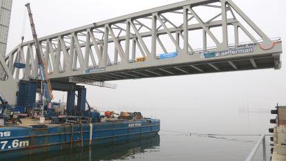 Eerste van twee nieuwe bruggen over Kieldrechtsluis vandaag geplaatst