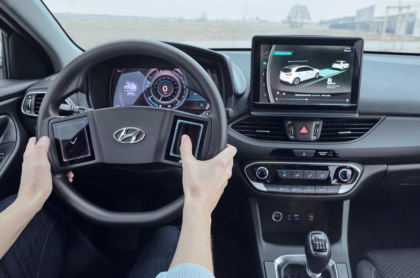 Een conceptstuur van Hyundai met twee touchscreens, maar nog wel rond.