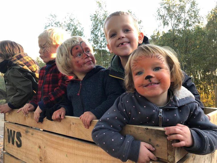Kinderen testen het nieuwe speurneuzenpad uit.