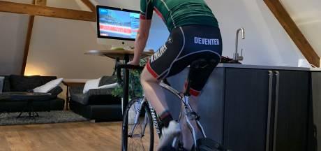 Tussen de bank en de kamerplanten stevig in de pedalen in Deventer wielercompetitie