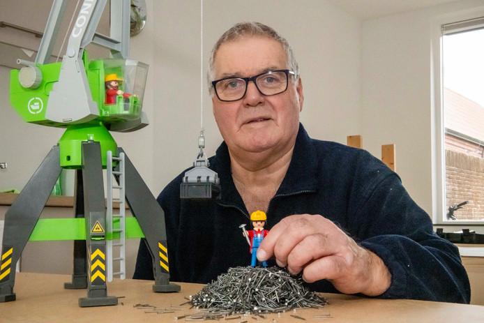 Wim Waleboer heeft voor de opening van zijn Playmuseum vol Playmobillandschappen nog heel wat tafels in elkaar te spijkeren.