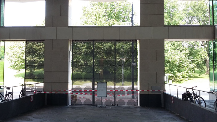 De ingangspoort van het Stadskantoor in Arnhem.