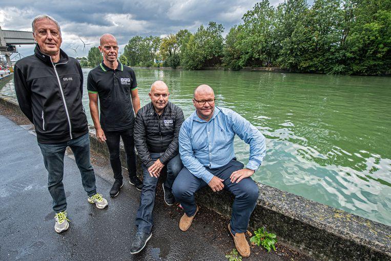 Carlos Deroo, Wouter Blondeel, Stefaan Vannieuwenhuyse en Frank Bruyneel van de Izegemse Triatlon Club ondervinden de nodige hinder door het recreatieverbod op het kanaal Roeselare-Leie.