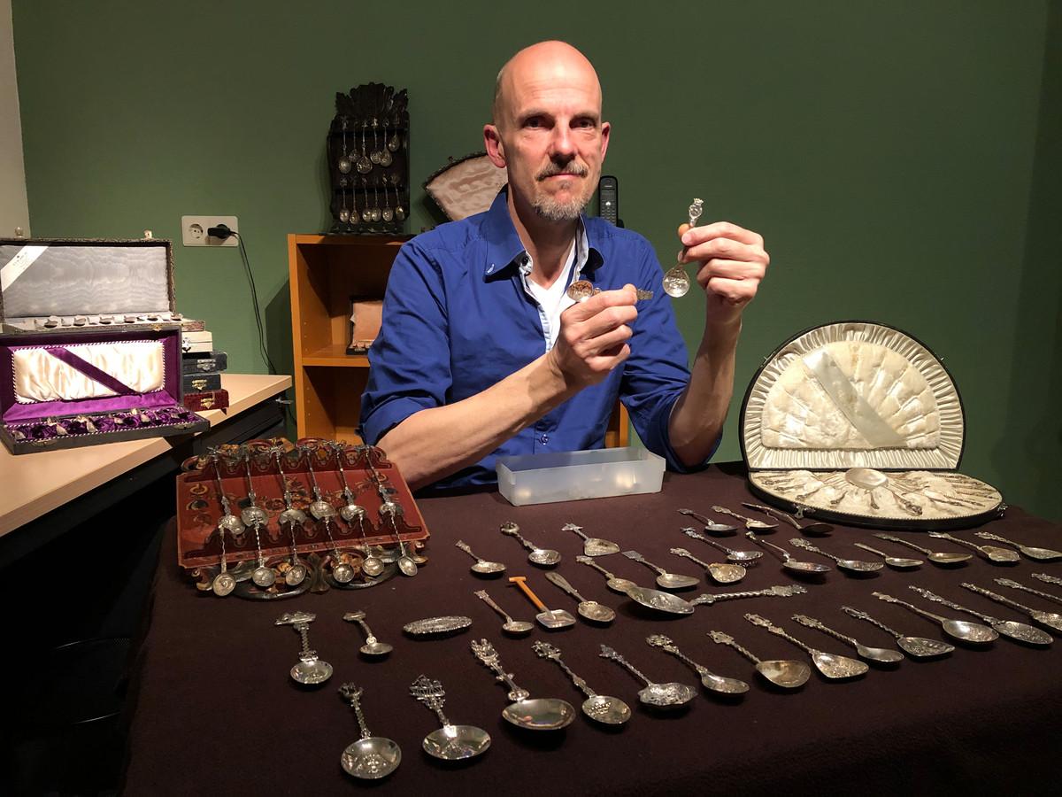 Rob ten Dolle met zijn verzameling lepels.