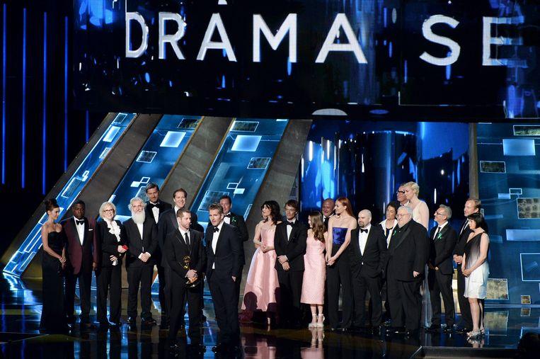 De cast en crew van Game of Thrones op het podium bij de Emmy-uitreiking. In het midden Carice van Houten. Beeld getty