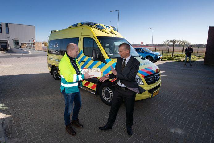 April 2019: Wethouder Freek Brouwer beloont het ambulancepersoneel op Urk voor zijn inzet.