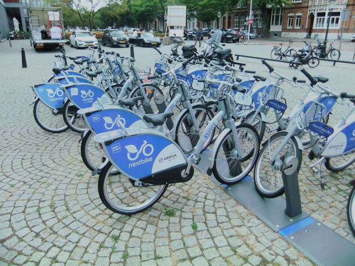 In Maastricht heeft Arriva al honderd deelfietsen staan, die daar te huur zijn voor 1,50 euro per ritje van 30 minuten. Dat kan oplopen tot maximaal 15 euro per dag.