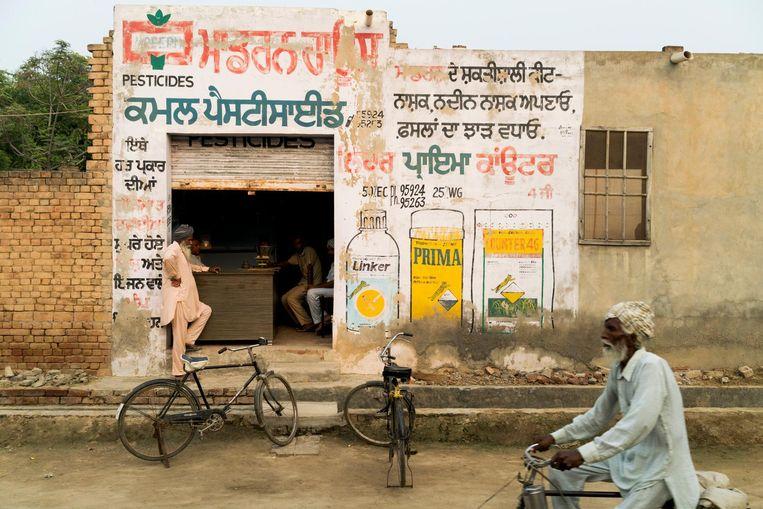 Een pesticidewinkel in Vairoke. Beeld Adriane Ohanesian