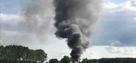 Grote schuurbrand in Den Ham, rookwolken in wijde omgeving te zien