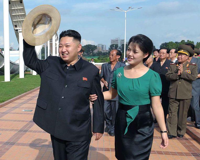 Een ongedateerde foto van Kim Jong-un met zijn vrouw Ri Sol-ju. Beeld AFP