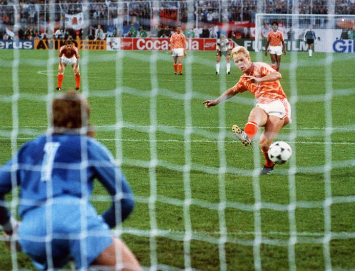 Ronald Koeman scoort op het EK in 1988 tegen West-Duitsland.