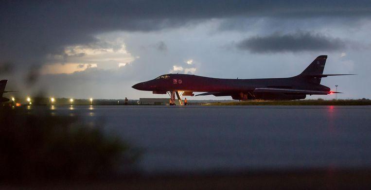 Een van de twee B-1-bommenwerpers die zaterdag werden ingezet voor de nachtelijke missie, maakt zich op om op te stijgen vanaf de luchtmachtbasis Andersen op het eiland Guam. Noord-Korea dreigt steeds Guam aan te vallen. Beeld Staff Sgt. Joshua Smoot