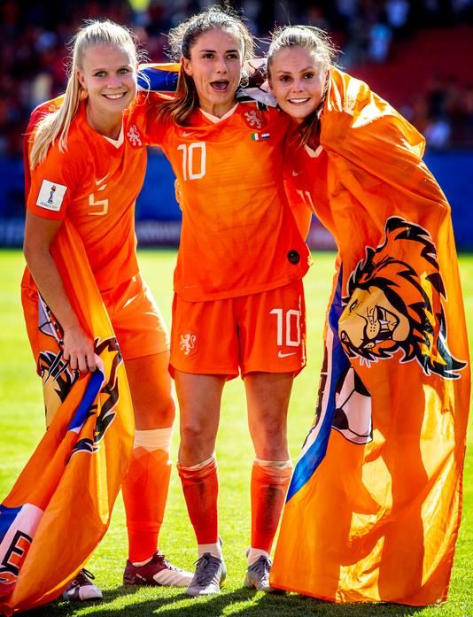 Kika van Es, Daniëlle van de Donk en Lieke Martens vieren feest.