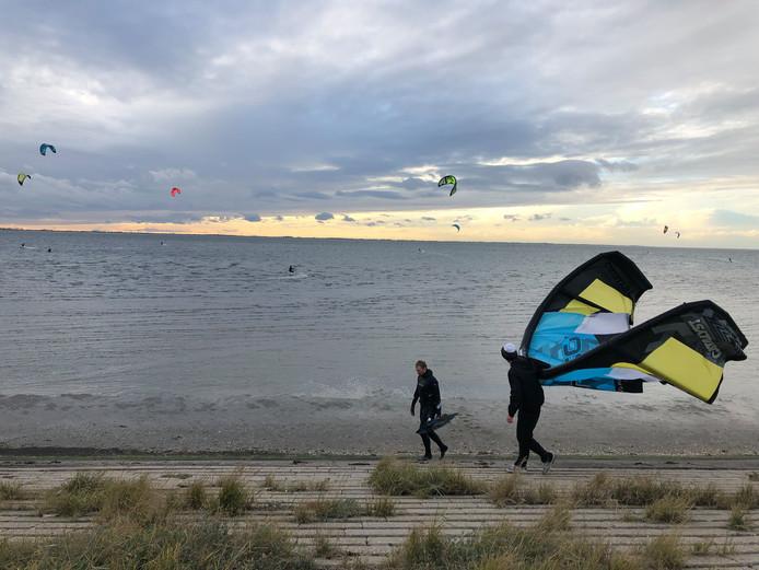 Kitesurfers aan de Oesterdam.