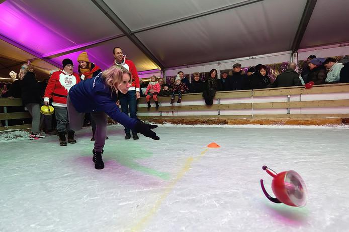 hoogerheide - 20181215 - wedstrijd  fluitketelschuiven op de ijsbaan..mirella van oevelen(team rabobabk) doet aan fluitketelwerpen.pix4profs/petervantrijen