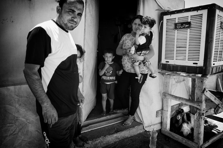 Yezidi in kampen  Beeld eddy van wessel